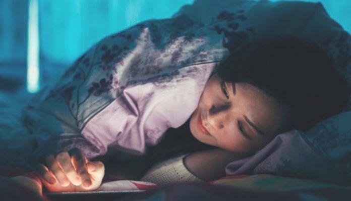 Usar el móvil por la noche te quita el sueño